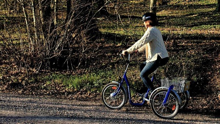 En person cyklar på en eldriven trehjuling