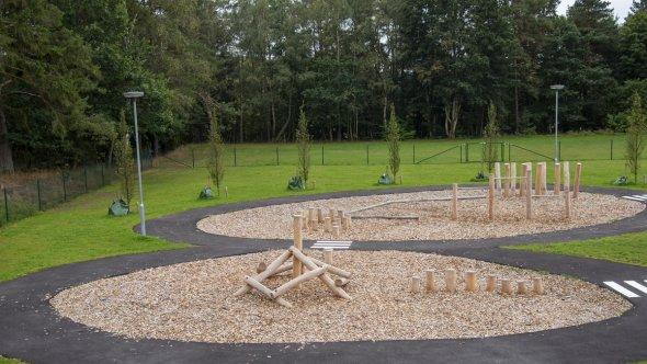 En bild på utemiljön med en lekplats.