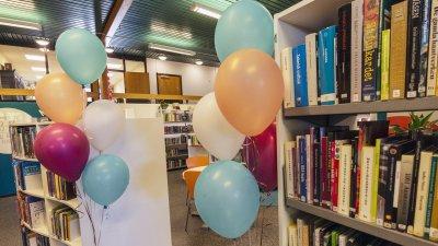 Personal och ungdomar har invigt ny avdelning på Höörs bibliotek