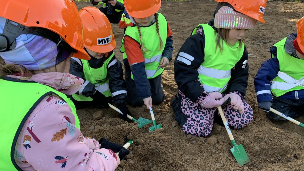 Barn som tar första spadtagen för Sätofta förskola