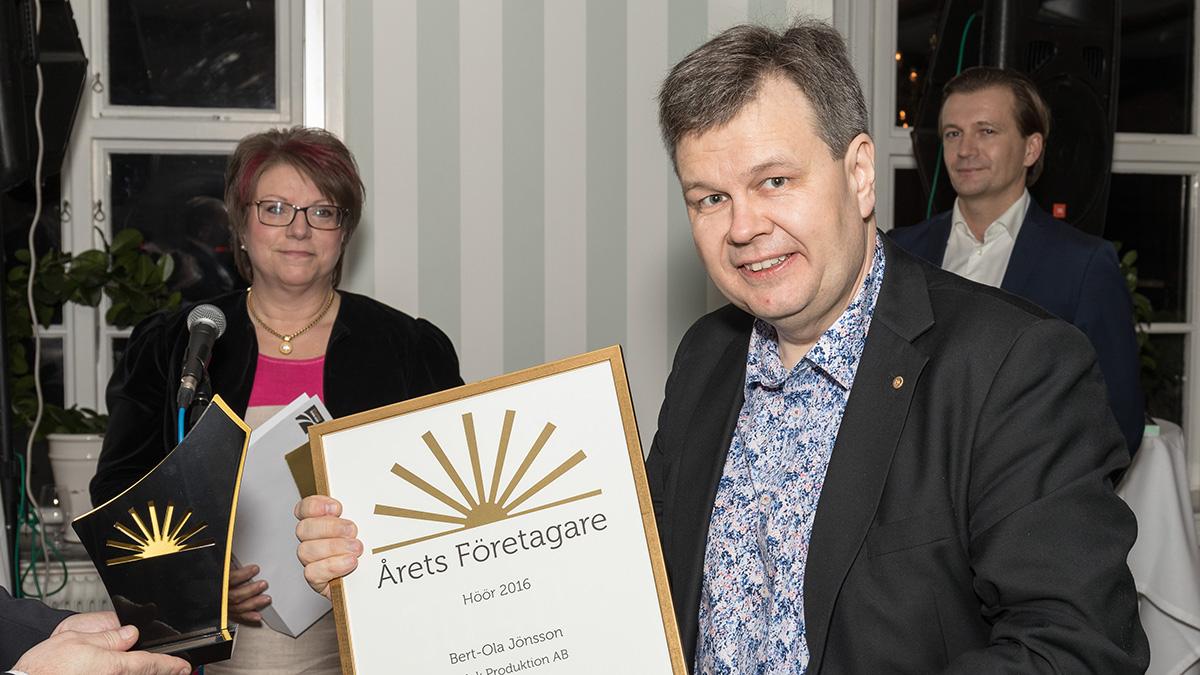 Bert-Ola Jönsson, VD på Relek, tar emot utmärkelsen Årets företagare. Foto: Bertil Björk