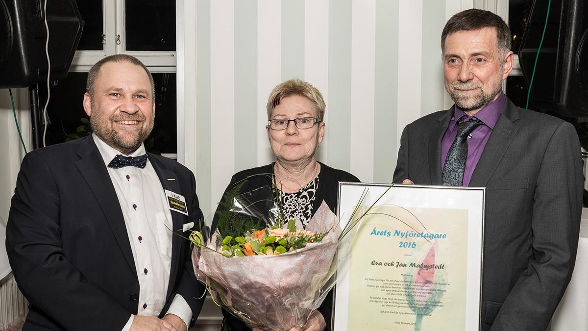 Björn Wassbjer med Årets nyföretagare, Eva och Jan Malmstedt.