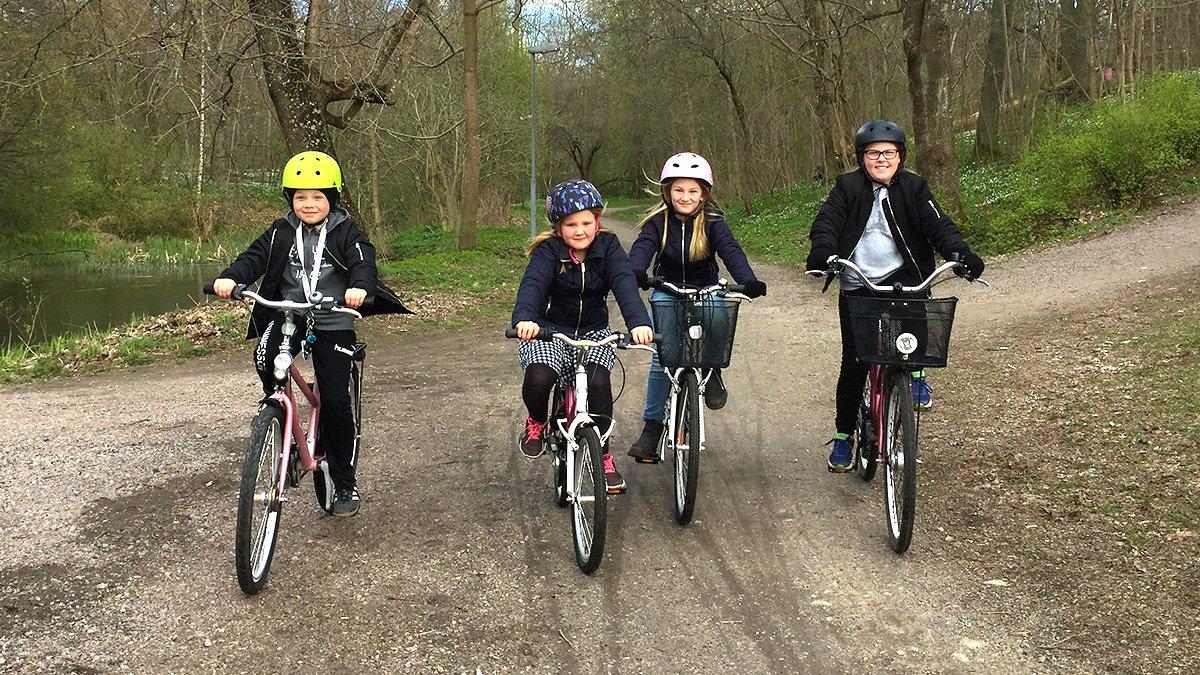 Fyra barn på cykel