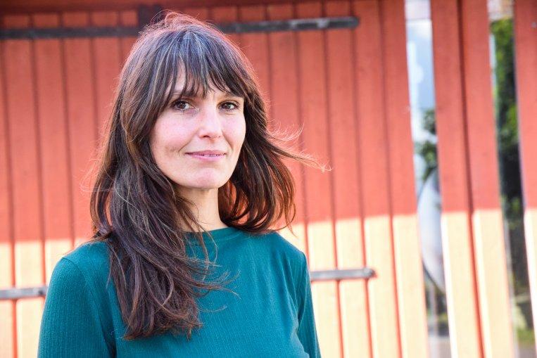 Emily Willman framför hyttan vid Kulturhuset Anders
