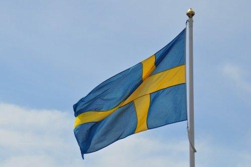 En svensk flagga mot blå himmel