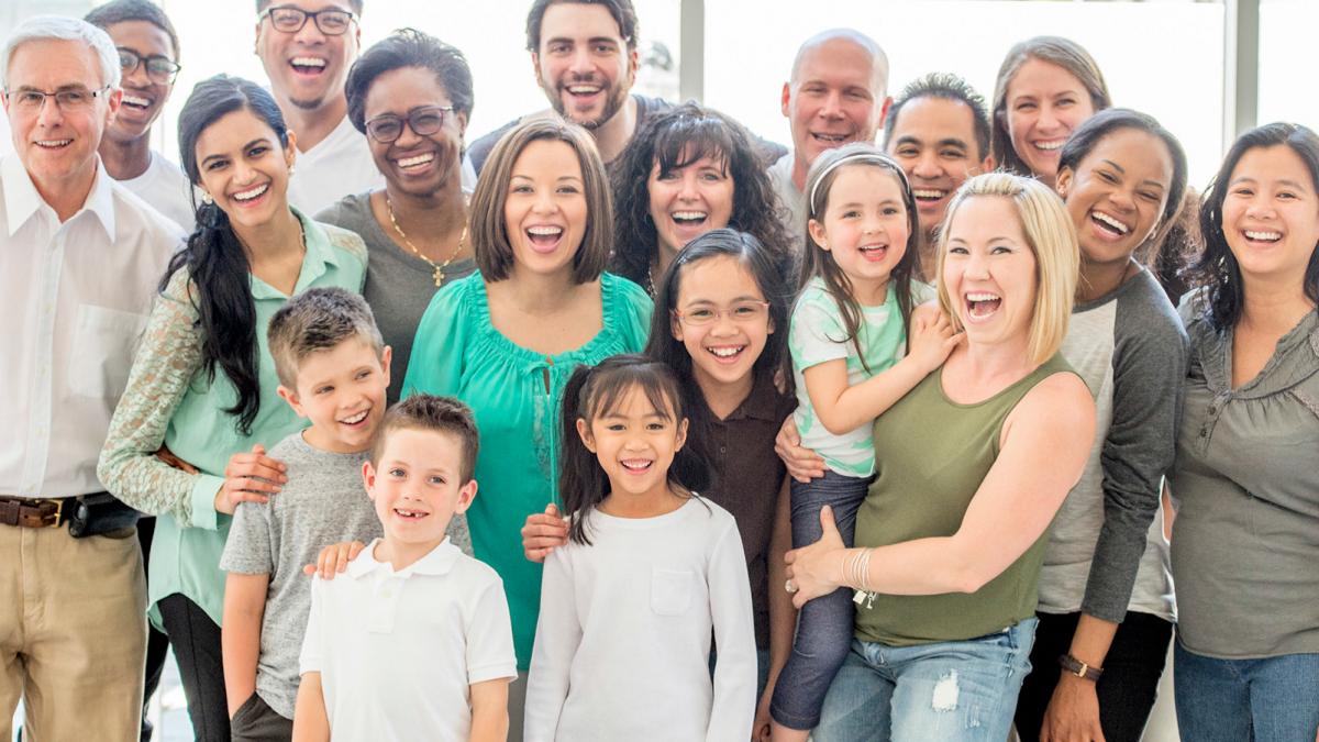 En grupp människor i olika åldrar som ser glada ut.