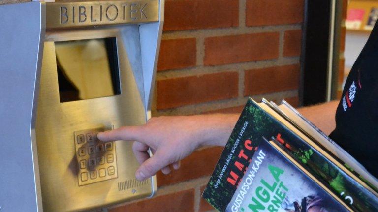 Under meröppettid tar du dig in på biblioteket med meröppetaktiverat lånekort och personlig kod.
