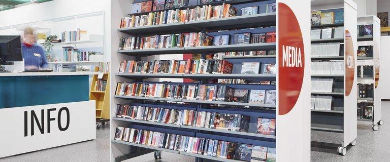 Ljudböcker i hylla på biblioteket