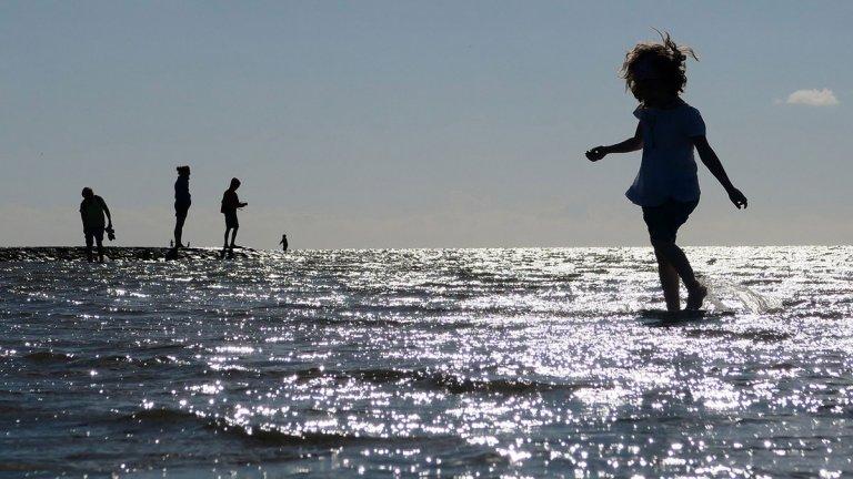 barn vid stranden