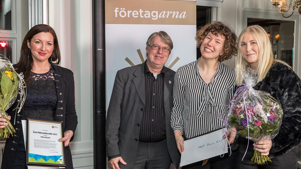 Camilla Kehlmeier från Skånes djurpark och Tilda Winberg och Ida Gullberg från H65 Höörs elitdamlag tar emot utmärkelsen Årets Höörsambassadör. I mitten Stefan Lissmark, kommunalråd i Höör.
