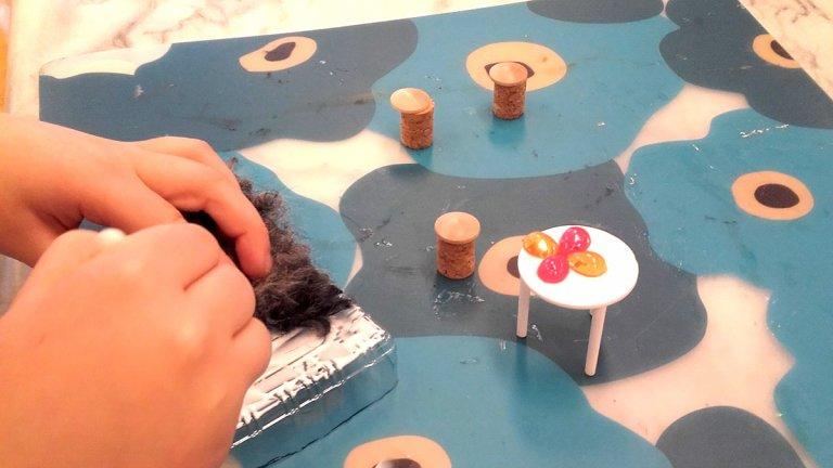 elev arbetar med ett konstverk