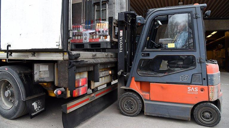 Varor lossas från lastbil med truck.