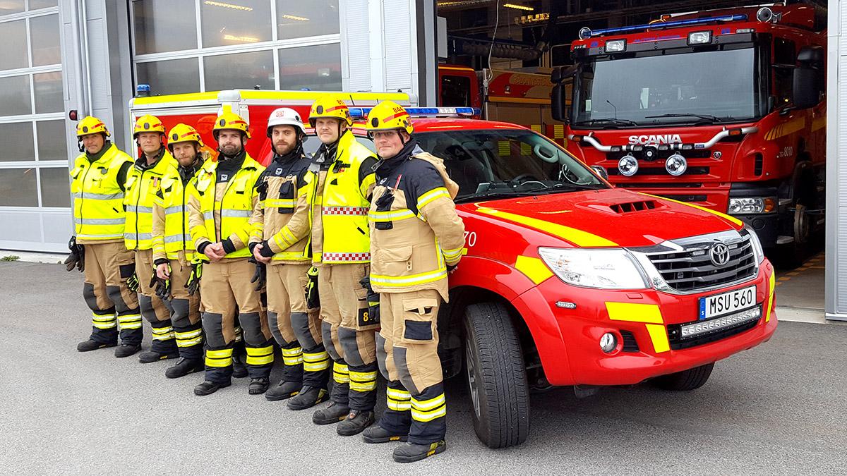 Sju brandmän framför nytt utryckningsfordon