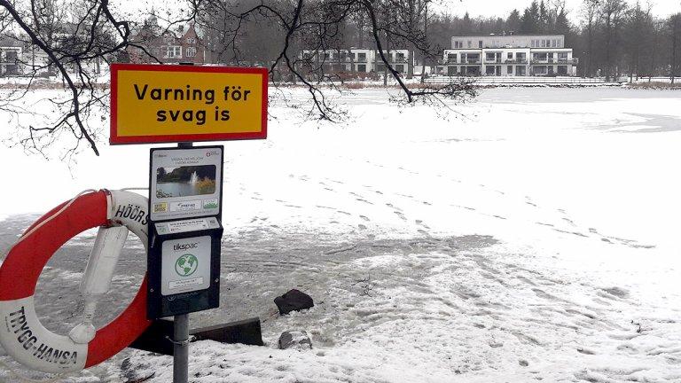 Skylt om svag is vid Tjurasjö.