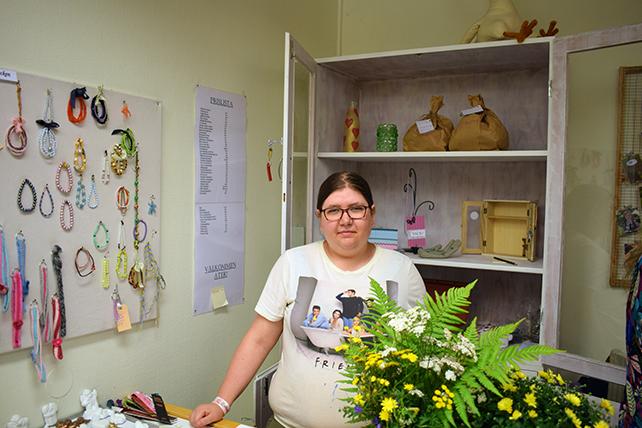 Patricia står i kassan i daglig verksamhets butik