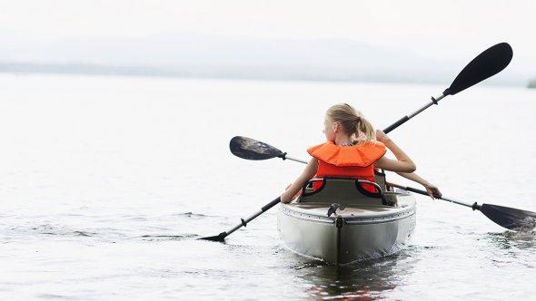 Två barn i en kanot på sjön
