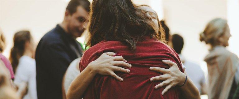 Två personer som omfamnar varandra